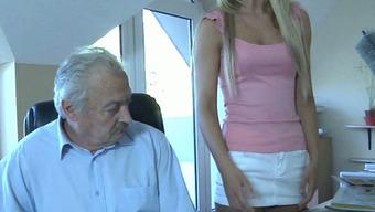 старик трахается молодой служанкой зрелых женщин