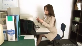 Secretary in ripped pantyhose takes a break to fuck