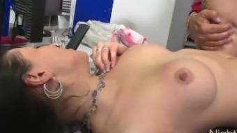 Tattooed Teen Girl hart in alle Löcher gefickt