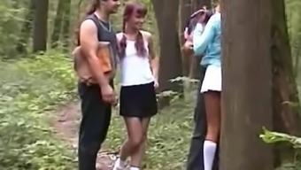Пьяных девку ебут в лесу за бабло нравится запах