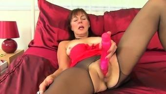 English gilf Josie finger fucks her hairy cunt