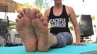 yoga teacher shows off soles for jerking to