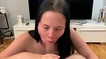 Une suedoise qui suce la grosse queue de son homme