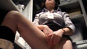 jeune secretaire voyeurisee masturbation honteuse