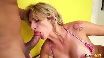 Jerking her dick shemale Nanda Molinari enjoys anal sideways with stud