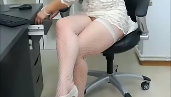 I want to have this camgirl's toes in my mouth while I'm face deep in that ass