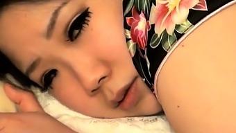 japonaise putain maritale suce devant son mari pervers